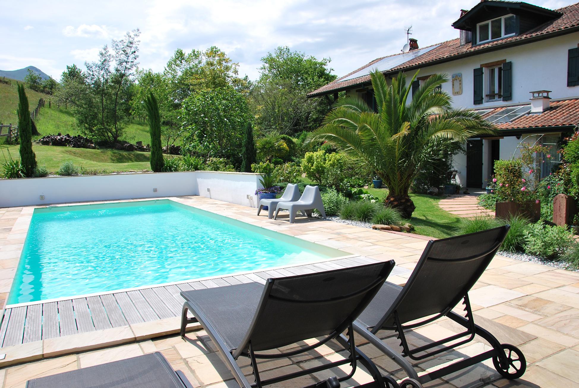 Vue piscine avec transats Aretxola